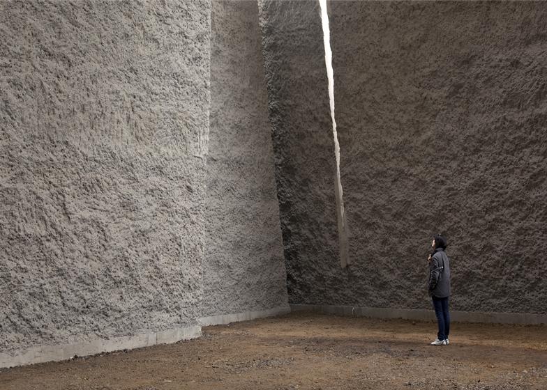 Monumentális falak (beton és vulkanikus kő) biztosítják a megfelelő akusztikát.